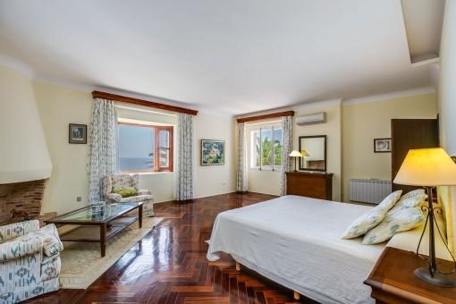 Schlafzimmer mit Meerblick und Kamin
