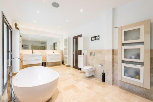 Hochwärtiges Badezimmer mit Badewanne