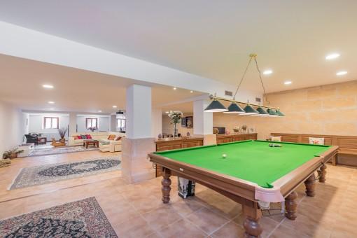 Großes Billardzimmer mit Loungebereich