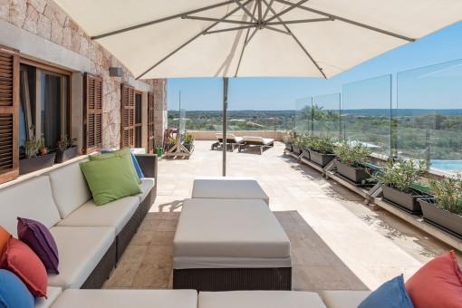 Loungebereich mit herrlichem Blick auf den Pool