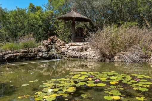 Dieser künstlich angelegte Teich ist Teil des Außenbereiches