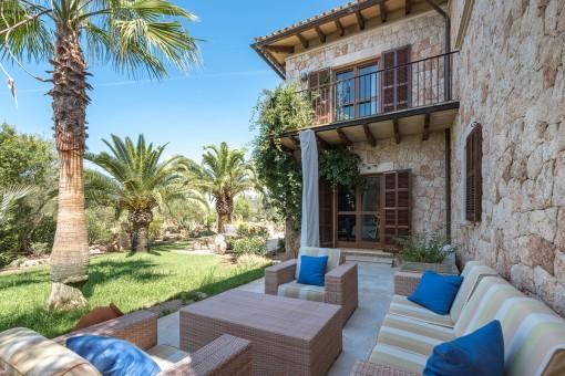 Weitere Terrasse der Finca mit Loungemöbeln