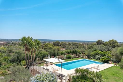 Blick von der Terrasse auf den gepflegten Poolbereich