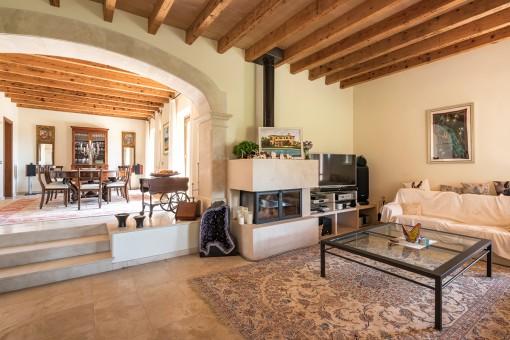 Rustikales Wohnzimmer mit Kamin für kältere Tage