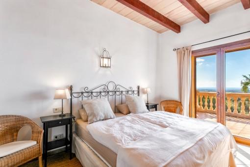 Zweites Schlafzimmer mit Holzdeckenbalken