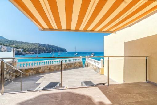 Neu renoviertes Apartment in erster Meereslinie in Sant Elm mit direktem Meerzugang und großer Sonnenterrasse