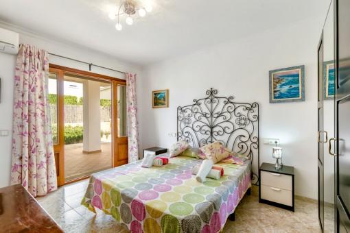 Schlafzimmer im Erdgeschoss mit Terrassenzugang