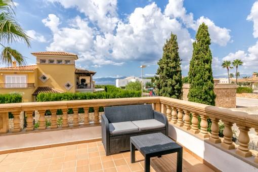 Sonnige Terrasse mit Teilmeerblick