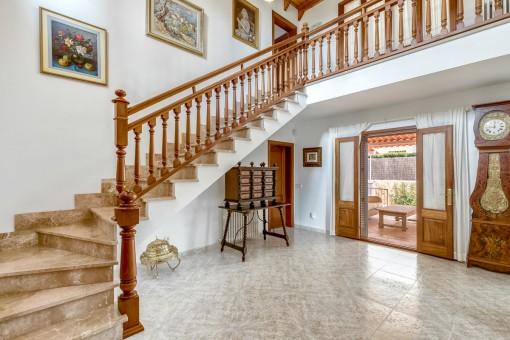 Toller Eingangsbereich mit Treppe zum Obergeschoss