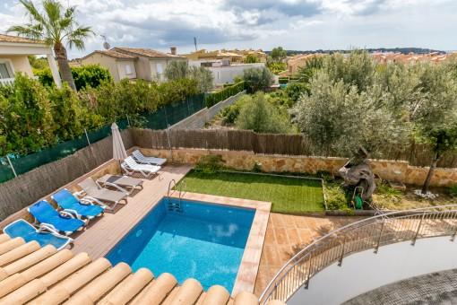 Blick auf den Garten mit Pool
