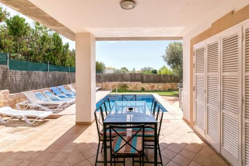 Überdachte Terrasse neben dem Pool