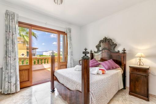 Schlafzimmer mit Teilmeerblick