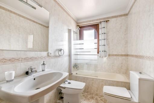 Eines von insgesamt 6 Badezimmer