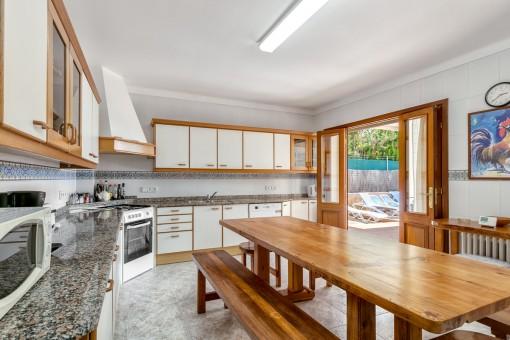 Große Küche mit Essbereich und Zugang zur Poolterrasse