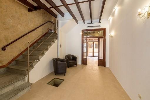 Sitzbereich mit Treppe zum Obergeschoss