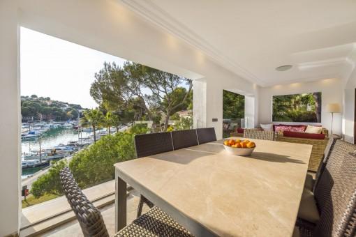 Überdachte Terrasse mit Lounge- und Essbereich