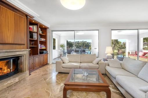 Alternative Ansicht des Wohnbereich mit Kamin
