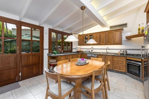 Große und gut ausgestattete Küche