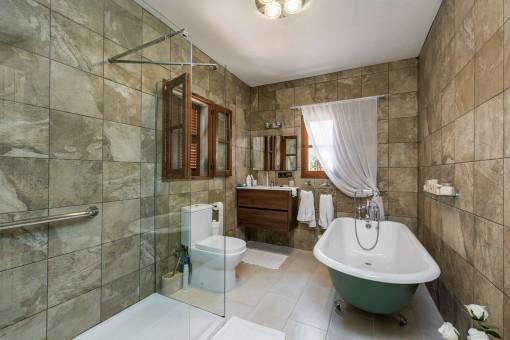 Badezimmer mit beeindruckender Badewanne