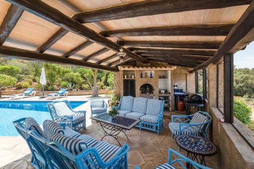 Gemütlicher Loungebereich mit Sommerküche
