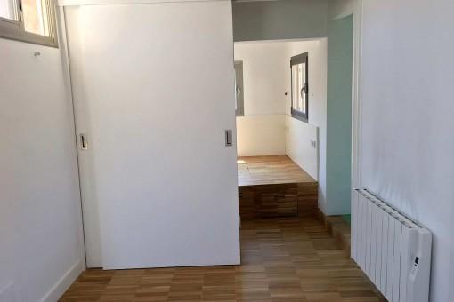 Blick zum Schlafzimmer mit Badezimmer