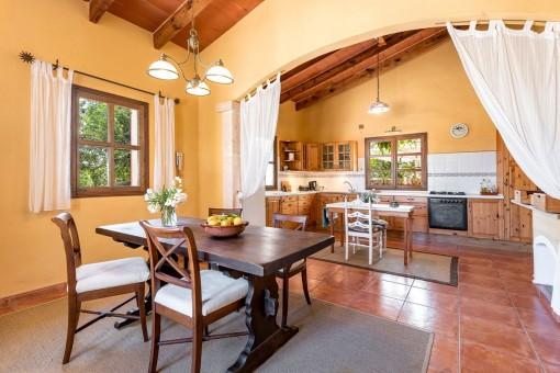 Rustikaler Essbereich mit Blick zur offenen Küche