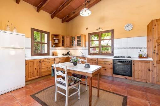 Voll ausgestattete Küche mit Holzverkleidung