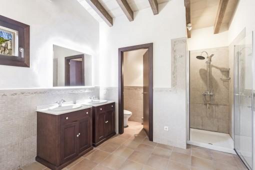 Eines von 6 schönen Badezimmern
