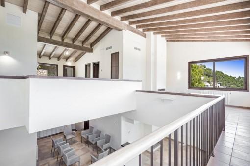 Galerie mit hoher Decke und Holzbalken