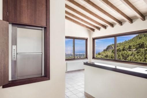 Die Villa hat große Panoramafenster
