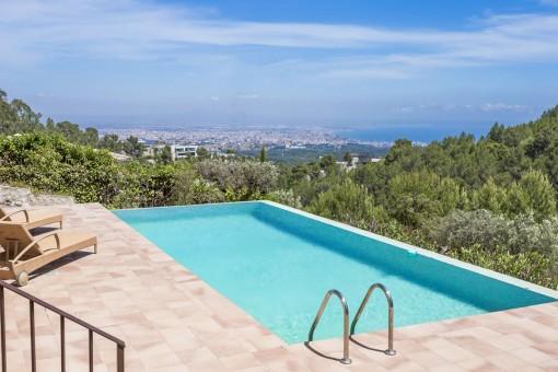 Pool mit wundervollem Blick über die Bucht von Palma