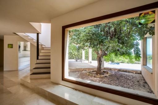 Der Wohnbereich bietet eine große Glasfront