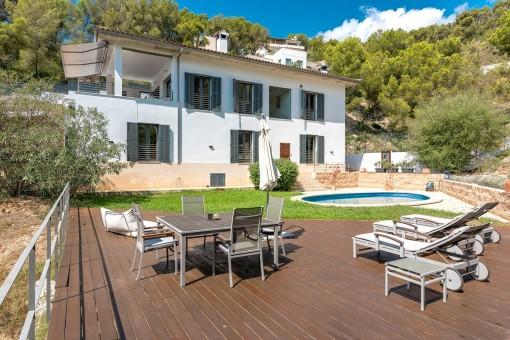 Großflächige Terrasse mit Loungebereich