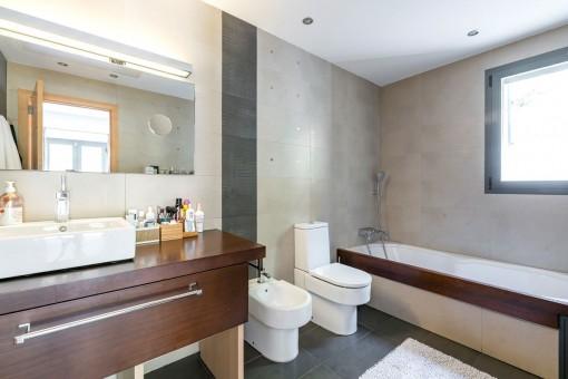 Modernes Badezimmer en Suite mit Badewanne