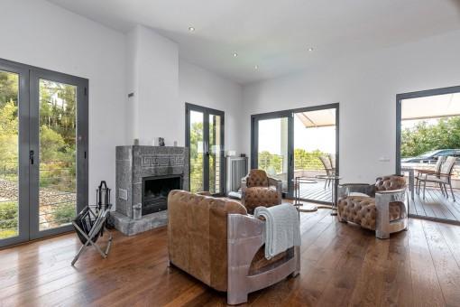 Der Wohnbereich bietet direkten Zugang zur Terrasse