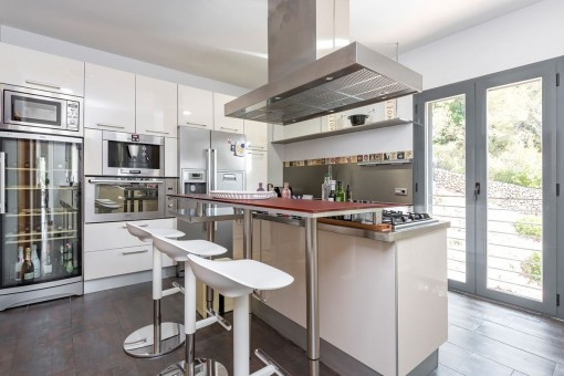 Voll ausgestattete Küche mit Bar