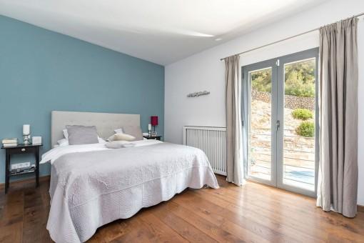 Komfortables Schlafzimmer mit Badezimmer en Suite