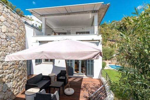 Terrasse mit Loungebereich neben der Villa