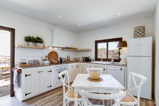 Helle Küche im Gästehaus mit Essbereich