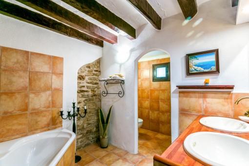 Einzigartiges Badezimmer mit Doppelwaschbecken und Badewanne
