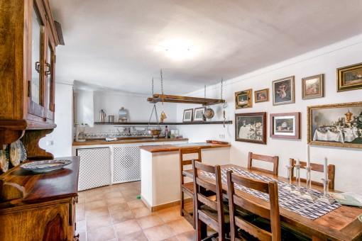 Rustikale Küche mit schönen Holzmöbeln