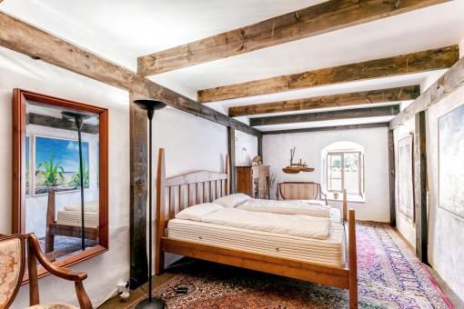 Authentisches Schlafzimmer mit Holzelementen