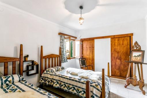 Schlafzimmer mit zwei Einzelbetten und Einbauschrank