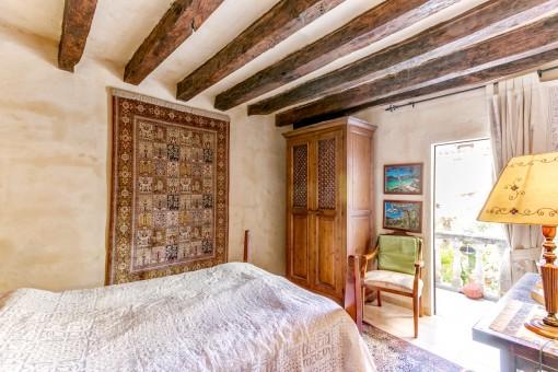 Bezauberndes Schlafzimmer mit Holzdeckenbalken