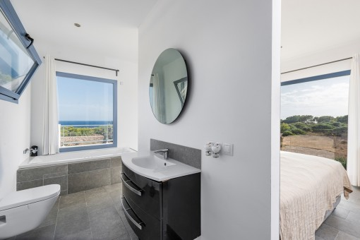 Offenes en Suite Badezimmer mit Meerblick