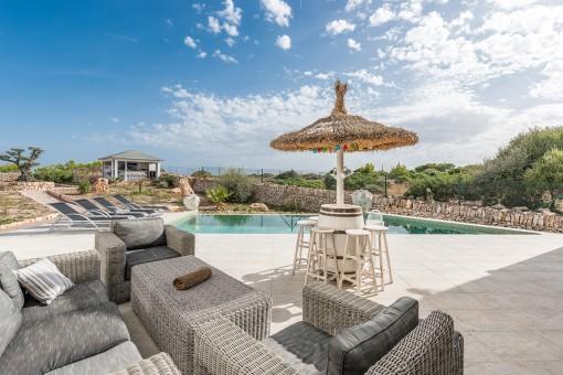 Herrlicher Loungebereich neben dem Pool