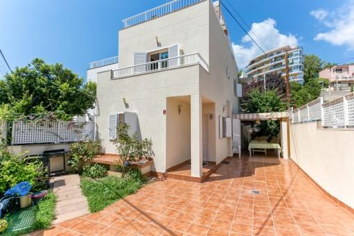 Gepflegtes Haus nahe Palma und Strand mit Teilmeerblick und Dachterrasse in Cala Mayor