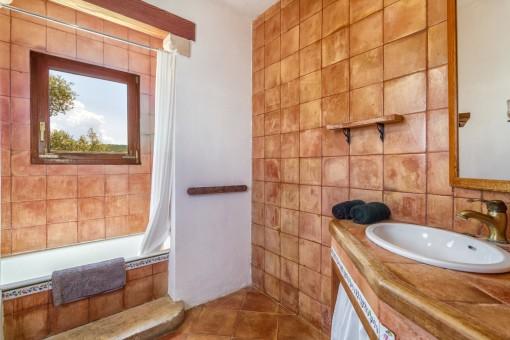 Eines der drei rustikalen Badezimmer der Villa