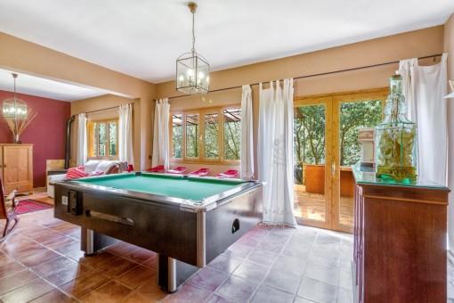 Wohnbereich mit Billardtisch und Zugang zur Terrasse