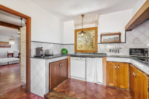 Originelle und freundliche Küche mit Holzmöbeln